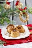 Rollos de canela en la tabla de la Nochebuena Fotos de archivo libres de regalías