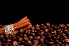 Rollos de canela en los granos de café Imagen de archivo