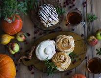 Rollos de canela frescos con té, calabazas y manzanas Visión desde a Imagen de archivo libre de regalías