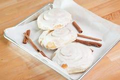 Rollos de canela helados cocidos frescos Imagen de archivo