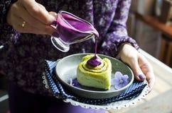 Rollos de canela recientemente cocidos deliciosos Imagen de archivo libre de regalías