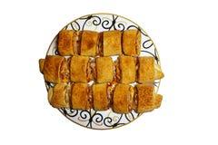 Rollos de carne cocidos apetitosos en un plato fotos de archivo