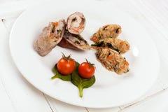 Rollos de carne con el tomate y la espinaca del arroz Fotos de archivo
