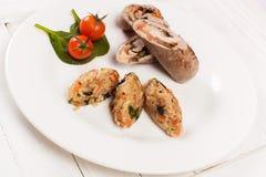 Rollos de carne con el tomate y la espinaca del arroz Fotografía de archivo