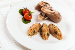 Rollos de carne con el tomate y la espinaca del arroz Imágenes de archivo libres de regalías