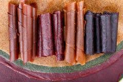Rollos de cuero de la fruta colorida imagen de archivo