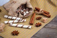 Rollos de las obleas, caramelos del caramelo y azúcar dulces Imagen de archivo