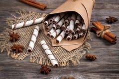 Rollos de las obleas, caramelos del caramelo y chocolate dulces en una arpillera Fotografía de archivo