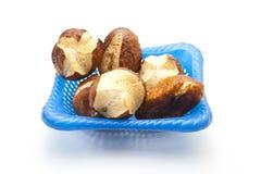 Rollos de pan de la lejía y palillos cocidos frescos de la lejía Foto de archivo