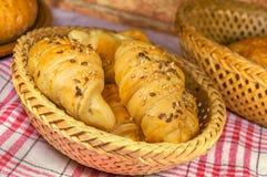 Rollos de pan en cesta rústica Imágenes de archivo libres de regalías