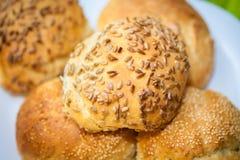 Rollos de pan fresco con las semillas del girasol y de sésamo Foto de archivo libre de regalías