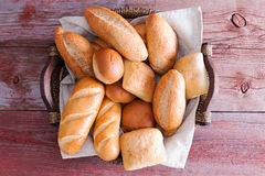 Rollos de pan fresco crujientes clasificados en una cesta Fotografía de archivo libre de regalías