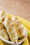 Rollos de pan hecho en casa frescos con la semilla del sesam en cesta en t de madera foto de archivo libre de regalías
