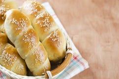 Rollos de pan hecho en casa frescos con la semilla del sesam en cesta en t de madera fotografía de archivo