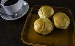 Rollos de pan y un café sólo en un plato Imagen de archivo libre de regalías