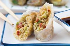 Rollos de primavera asiáticos rellenos con la quinoa, verduras, quebradizas Fotografía de archivo