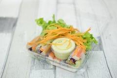 Rollos de primavera frescos con el palillo de las verduras frescas y del cangrejo imagen de archivo libre de regalías