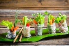 Rollos de primavera frescos envueltos en papel de arroz Fotos de archivo libres de regalías