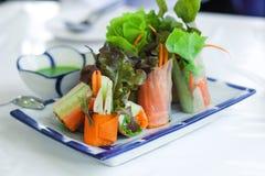 Rollos de primavera frescos o rollos de la ensalada hechos con las verduras frescas, el palillo del cangrejo y el papel de arroz  fotografía de archivo
