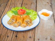 Rollos de primavera fritos y salsa dulce Fotografía de archivo libre de regalías