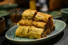 Rollos de primavera vegetales auténticos, delicadezas chinas, comida asiática imagen de archivo libre de regalías