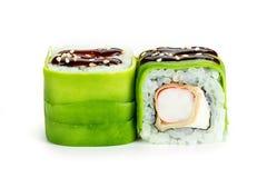 rollos de sushi con el aguacate y el camarón aislados en el fondo blanco Fotos de archivo