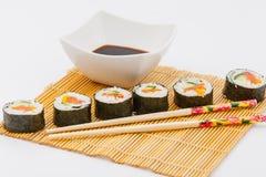 Rollos de sushi con la salsa de soja Fotos de archivo libres de regalías