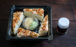 Rollos de sushi con la salsa de soja Imagenes de archivo