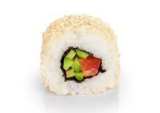 Rollos de sushi con las semillas del aguacate, de los salmones y de sésamo Fotografía de archivo libre de regalías