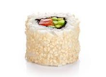 Rollos de sushi con las semillas del aguacate, de los salmones y de sésamo Imagenes de archivo