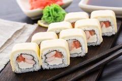 Rollos de sushi con los camarones y el queso cheddar Imagen de archivo libre de regalías