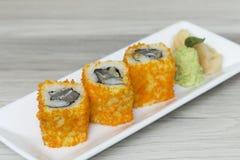 Rollos de sushi con los huevos y la alga marina de los camarones Foto de archivo