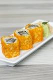 Rollos de sushi con los huevos y la alga marina de los camarones Fotografía de archivo