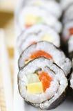 Rollos de sushi con los pescados, el queso y el pepino rojos Imagenes de archivo