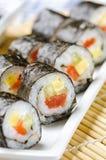 Rollos de sushi con los pescados, el queso y el pepino rojos Fotos de archivo