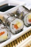 Rollos de sushi con los pescados, el queso y el pepino rojos Fotos de archivo libres de regalías