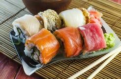 Rollos de sushi con los pescados rojos Imágenes de archivo libres de regalías