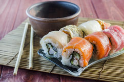 Rollos de sushi con los pescados rojos Foto de archivo libre de regalías