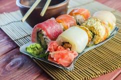 Rollos de sushi con los pescados rojos Foto de archivo