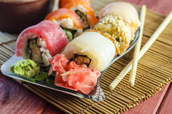 Rollos de sushi con los pescados rojos Imagenes de archivo
