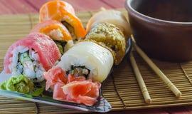 Rollos de sushi con los pescados rojos Fotos de archivo libres de regalías