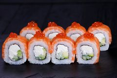 Rollos de sushi con los salmones, el aguacate y el queso cremoso Fotografía de archivo libre de regalías