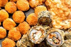 Rollos de sushi con los salmones, el caviar negro y el tiro de la macro del primer del sésamo Foto de archivo libre de regalías