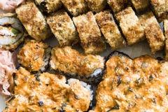 Rollos de sushi con los salmones, el caviar negro y el tiro de la macro del primer del sésamo Imagen de archivo libre de regalías
