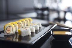 Rollos de sushi con los salmones fritos Foto de archivo