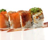 Rollos de sushi con los salmones, pescados de la anguila, alga marina del wakame Imagen de archivo libre de regalías