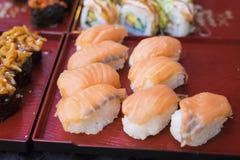 Rollos de sushi con los salmones y el arroz Alimento asiático Fotos de archivo libres de regalías
