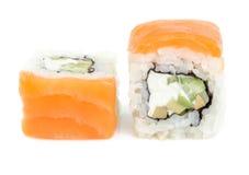 Rollos de sushi con los salmones y el queso Imagen de archivo libre de regalías