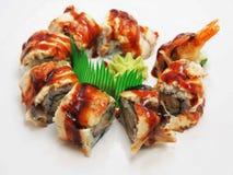 Rollos de sushi con los salmones y las gambas fotos de archivo libres de regalías