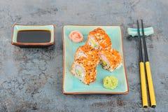 Rollos de sushi con masago Visión superior Fotos de archivo